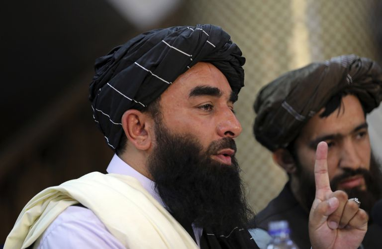 El vocero de los talibanes Zabihullah Mujahid durante la conferencia de prensa de hoy, en la que habló sobre las mujeres