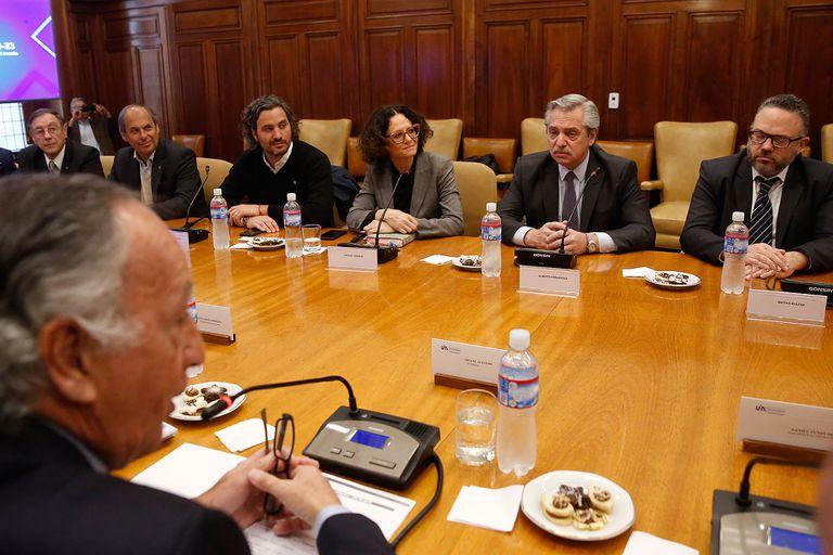 Miguel Acevedo, de la UIA, frente a Alberto Fernández, en una reunión previa a la de hoy