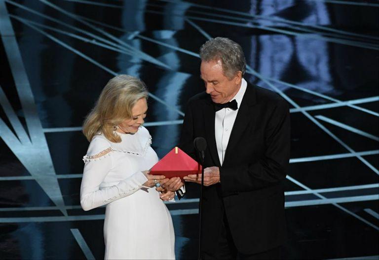 Faye Dunaway y Warren Beatty, en el momento de la gaffe histórica: anunciaron que había ganado La La Land, favorita del público, cuando el Oscar era para Luz de Luna