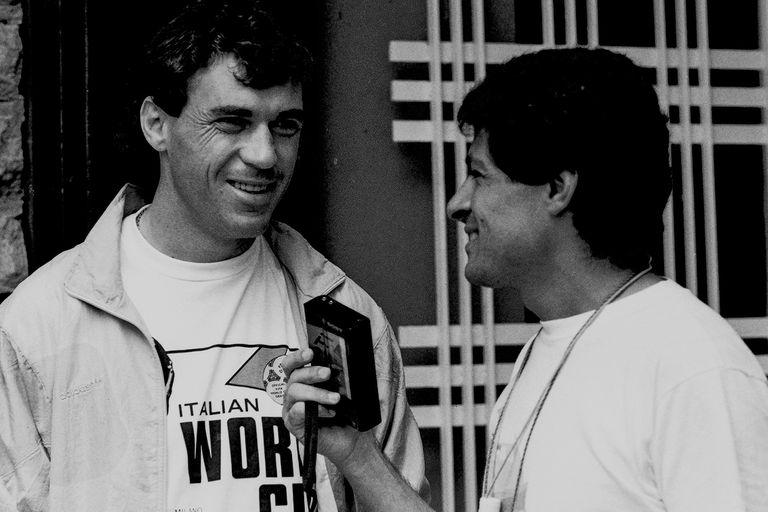 Nery Pumpido, en su último Mundial; aquí, con Eduardo Dakno, uno de los enviados de La Nacion