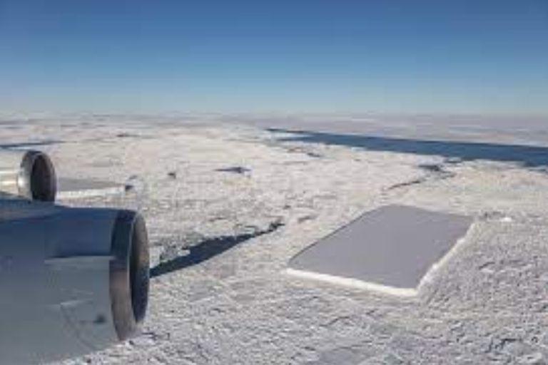 La fotografía de un iceberg publicada por la NASA causó furor en las redes sociales por la extraña forma del enorme bloque de hielo