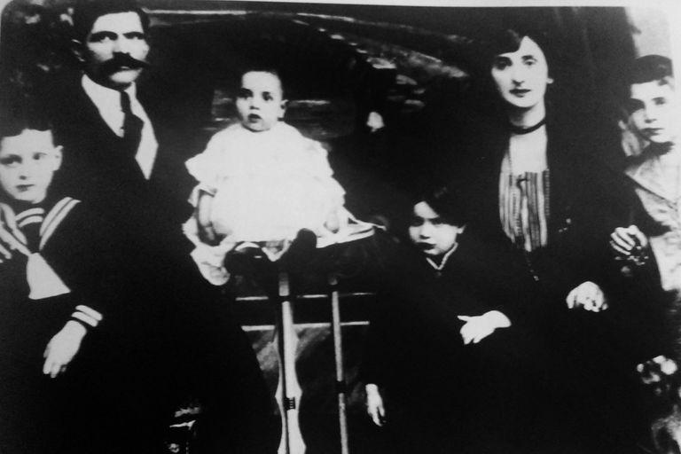 Alejandro Romay con padres y hermanos