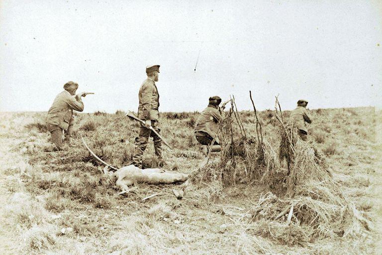 La foto que muestra a Popper comandando una masacre de indios selk'man y que el rumano empleó para ilustrar su conferencia de 1887 en Buenos Aires