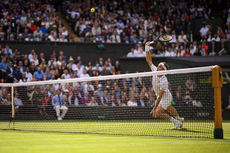 Algo anduvo mal en el cuerpo de Federer durante su última aparición en un court, en Wimbledon: aquí, su extraño tropiezo ante Hurkacz, antes de impactar una volea sencilla que le hubiera permitido lograr impulso.