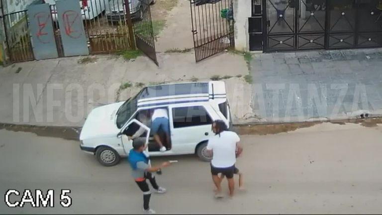 Video: una niña quedó atrapada en un auto en medio de un robo en Laferrere