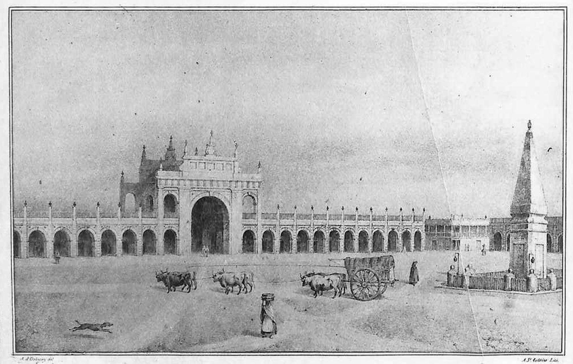 Litografía de César Bacle de la Recova y la Plaza de la Victoria. 1835. Se ve la primera Pirámide de Mayo, la que fue instalada en 1811, modificada en 1856 y trasladada al centro de la plaza unificada, mucho más tarde, en 1912.