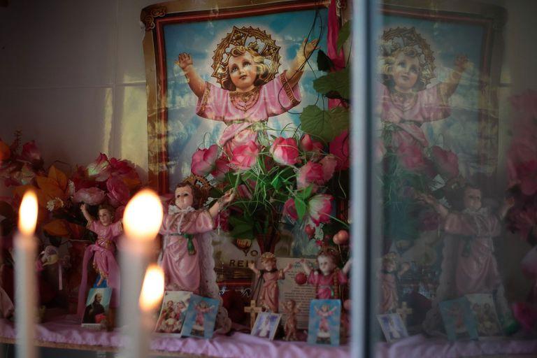 La capilla del Divino Niño es de Lourdes, quien lleva 20 años cuidando la imagen que recibió de regalo