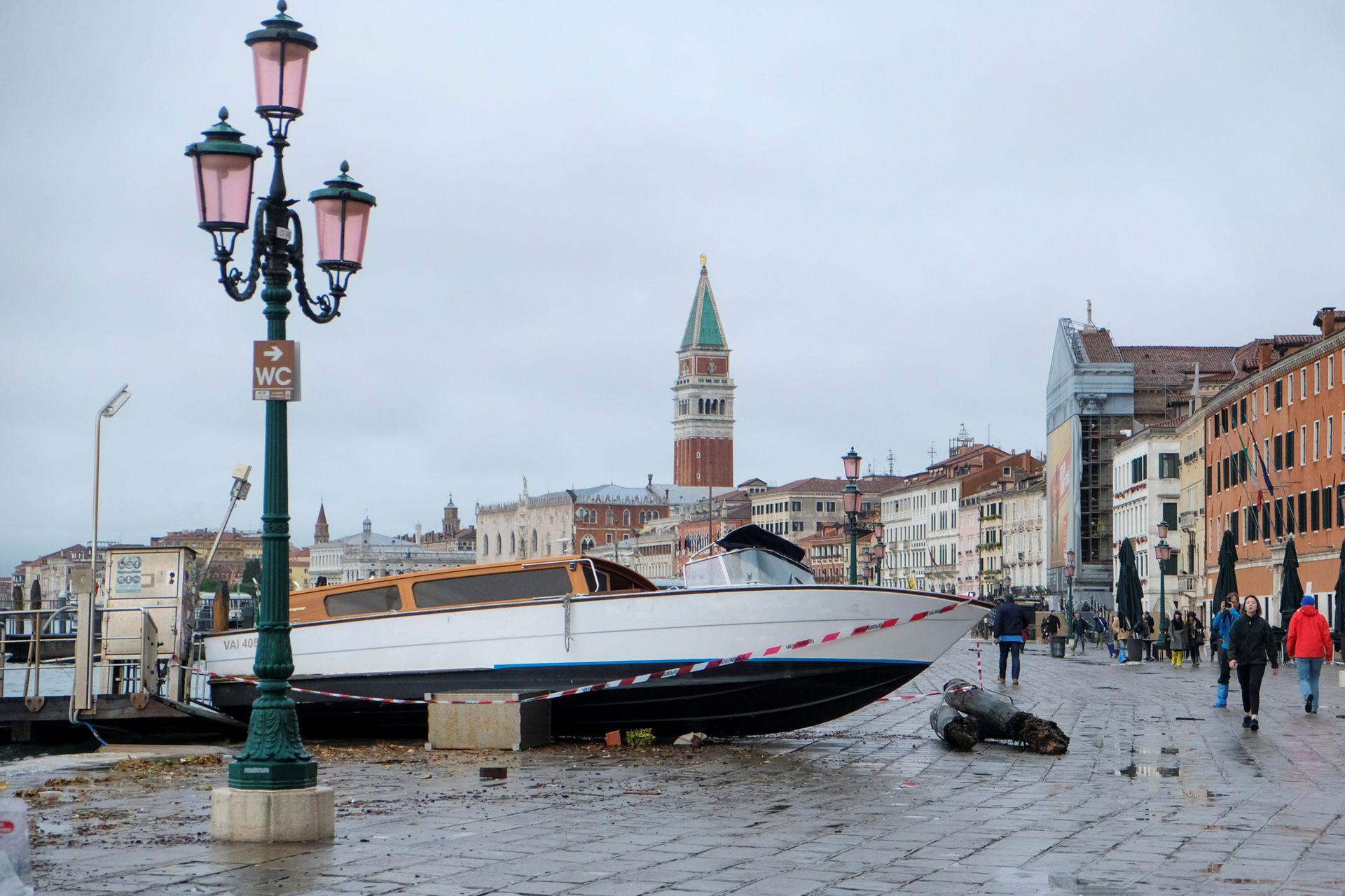 Varias embarcaciones fueron arrastradas por al agua y los fuertes vientos.