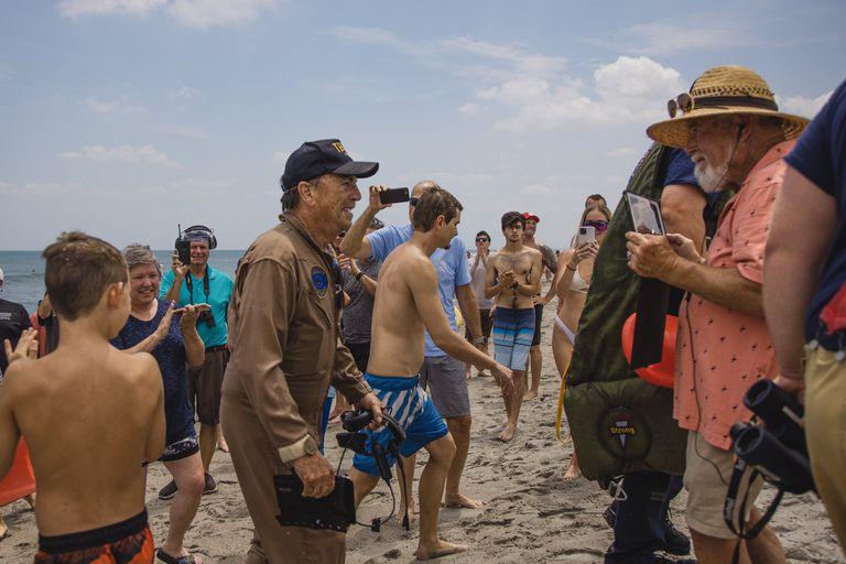 Todas las personas que se encontraban en la playa aclamaron al piloto por su destreza y le agradecieron por no haber herido a nadie