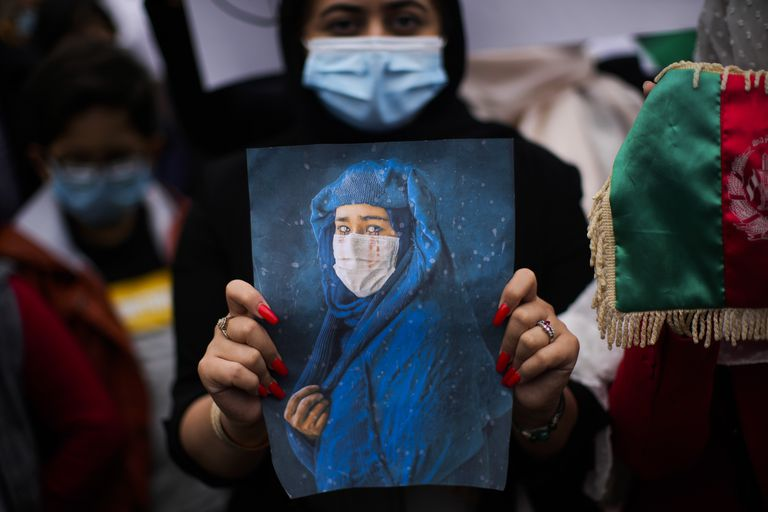 """Las diputadas afganas, en la mira de los talibanes: """"Cambio de casa cada dos o tres días"""""""