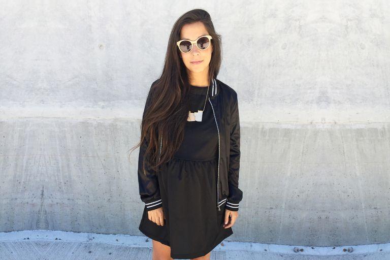 Look SportyChic: Vestido negro $400 de Clara and Rachel / Bomber $500 de Las Bernas / Zapatos de Loli Van Harden / Collar $315 de Bajo Techo / Anteojos de Uptown