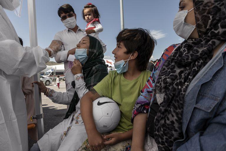 Se administra una prueba de Covid-19 en un campamento dirigido por la Cruz Roja Italiana en Avezzano, Italia, el 2 de septiembre de 2021. Los miembros del equipo de Herat dejaron atrás las vidas que habían construido en Afganistán con la esperanza de poder construir un futuro. donde puedan jugar y prosperar.