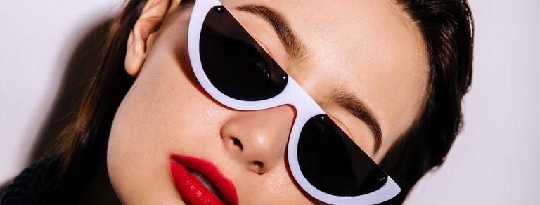 ¿Moda inútil? Ahora se usan los anteojos de sol que apenas cubren los ojos