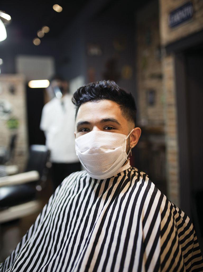 """Nicolás (21) Cliente. ¿Qué es lo que más extrañabas de la peluquería? """"Extrañaba salir de mi casa y también sentirme prolijo""""."""