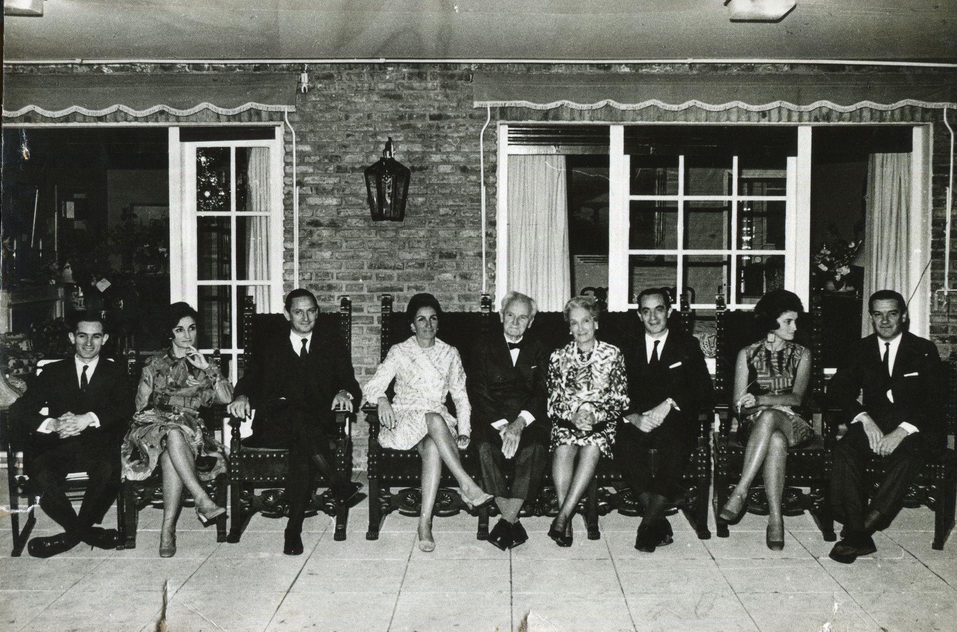 Adolfo Holmberg y Ernestina Lanusse, en el centro de la imagen, junto a sus siete hijos.