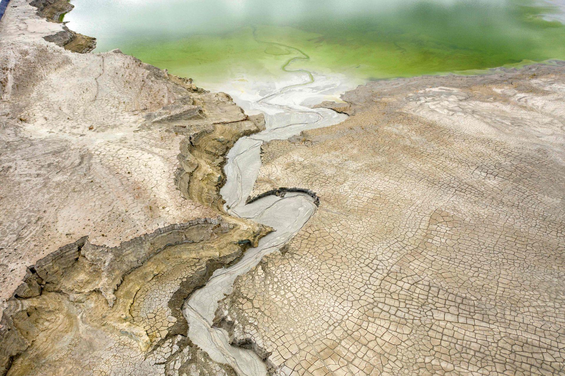 Vista aérea de una presa de relaves, que se utiliza para almacenar subproductos de operaciones mineras, en este caso de la extracción de cobre, de la empresa minera Minera Valle Central, en Rancagua, Chile