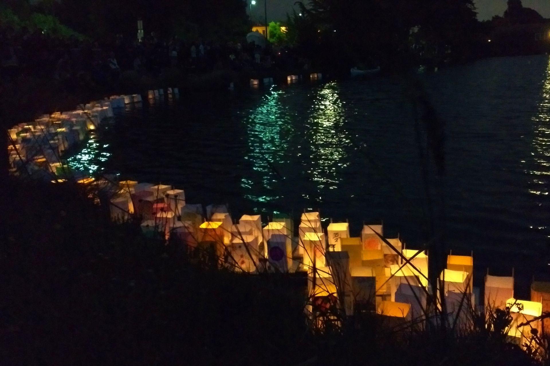 Conmemoración anual del bombardeo sobre Hiroshima. Se sueltan linternas sobre un lago de Berkeley, los dibujos están hecho por los asistentes.