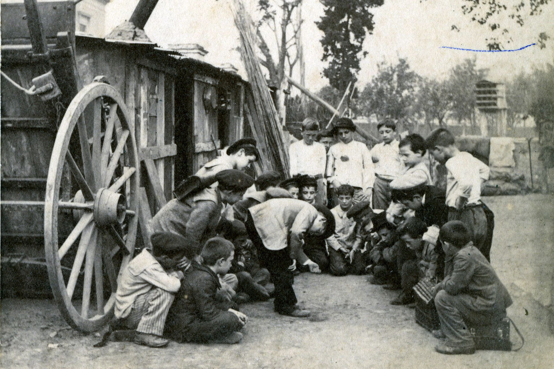 Hoyo y quema, un juego de los tiempos en que las calles de tierra permitían hacerles pequeños pozos, donde hacer que entraran las bolitas.