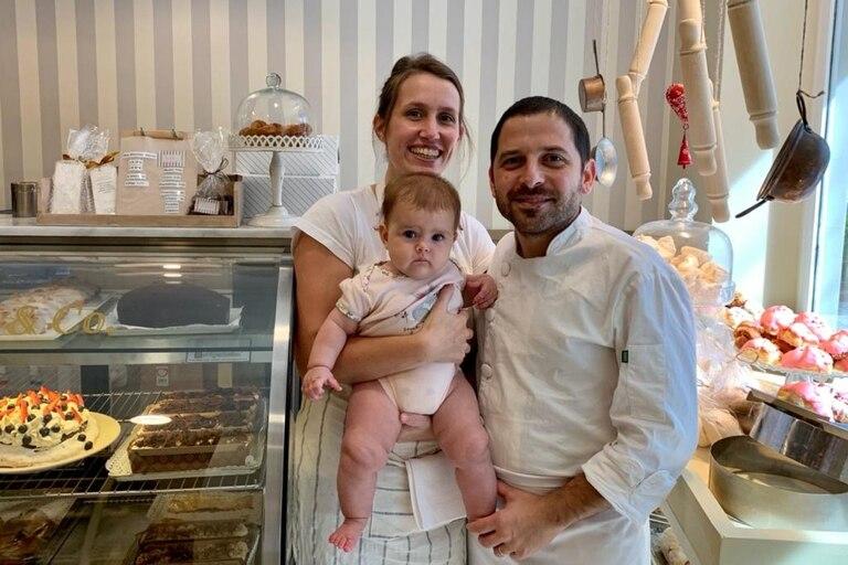 Ariel y Margarita con su bebé en el local