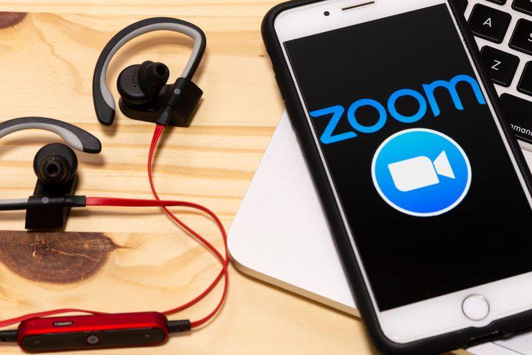 Zoom mejoró su servicio de videollamadas para evitar los intrusos, una práctica conocida como zoombombing