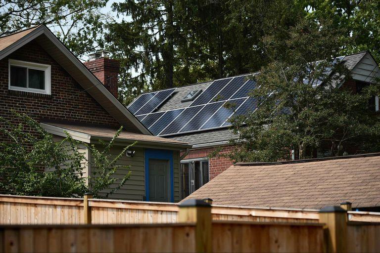 Los paneles solares se ven en el techo de la casa de Elizabeth Hogan y su esposo en Washington.