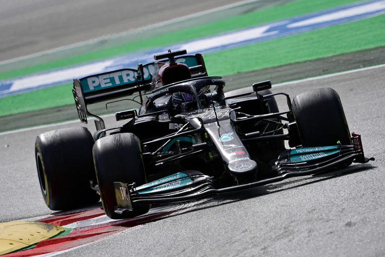 El piloto británico de Mercedes, Lewis Hamilton, conduce durante la carrera del Gran Premio de España de Fórmula Uno en el Circuit de Catalunya