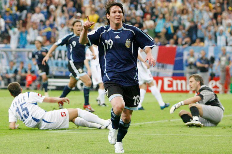 El argentino Lionel Messi celebra su gol contra Serbia y Montenegro durante su partido de fútbol de la Copa Mundial del Grupo C 2006 en Gelsenkirchen el 16 de junio de 2006.