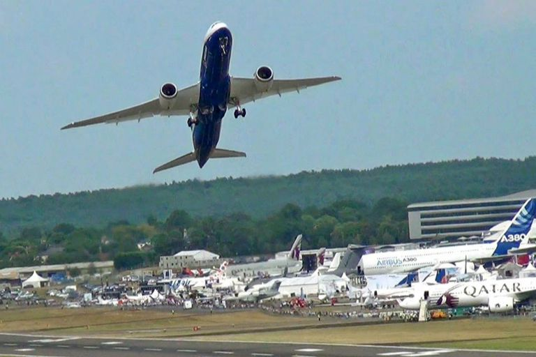 El despegue de un Boeing 787 Dreamliner, uno de los modelos que estuvo involucrado en un incendio de unas baterías de litio en 2013