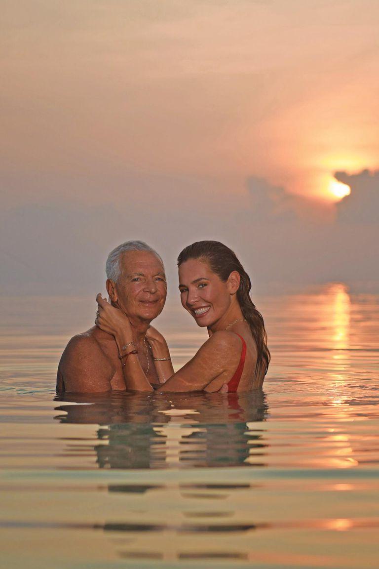 Un atardecer soñado y colmado de amor. Eduardo y Elina disfrutan del mar en medio de juegos, mimos y besos.