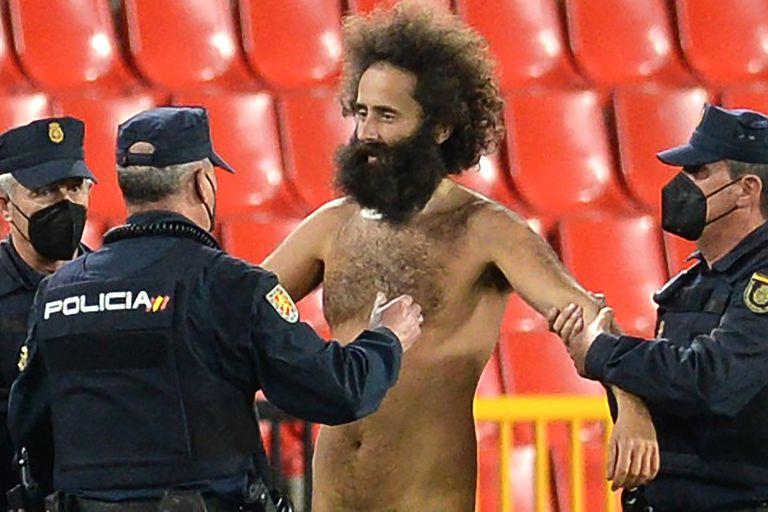 El intruso, cazado: se había metido en el estadio Nuevo Los Cármenes, de Granada, en el partido ante Manchester United.