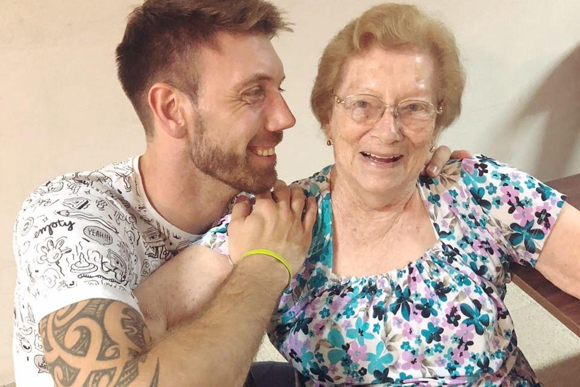 Facundo es oriundo de Franck, un pequeño pueblo de Santa Fe. En la foto posa con su abuela, Doli, de 87 años, quien fue una de las primeras en aceptar su orientación sexual con total naturalidad
