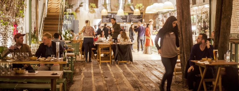 4 restaurantes con patios y jardines para comer al aire libre