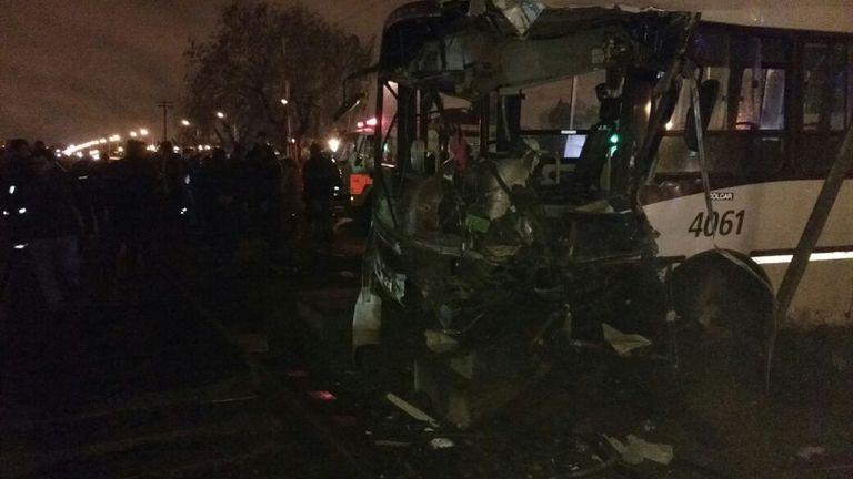 Choque entre un tren y un colectivo en Mariano Acosta: murió el chofer