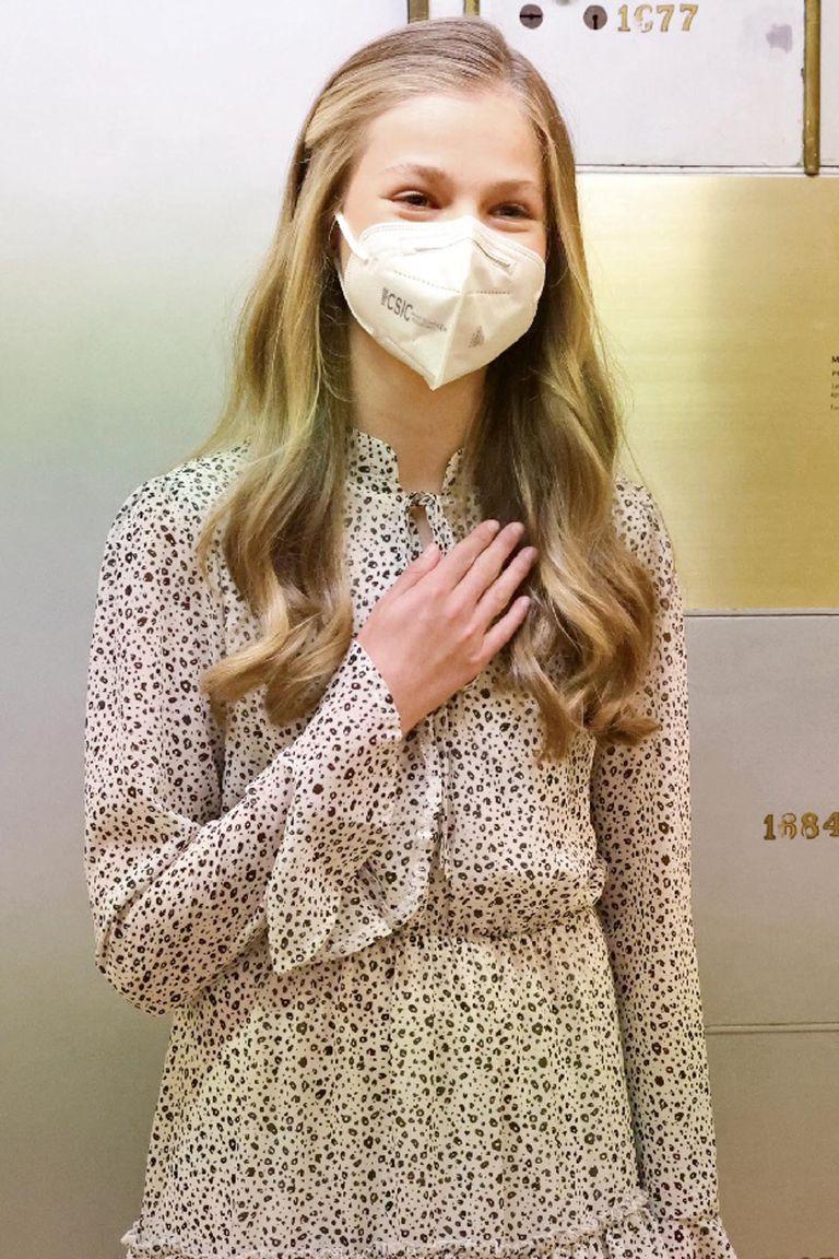 La princesa de Asturias repite el gesto de gratitud y saludo que instaló su padre a raíz del coronavirus
