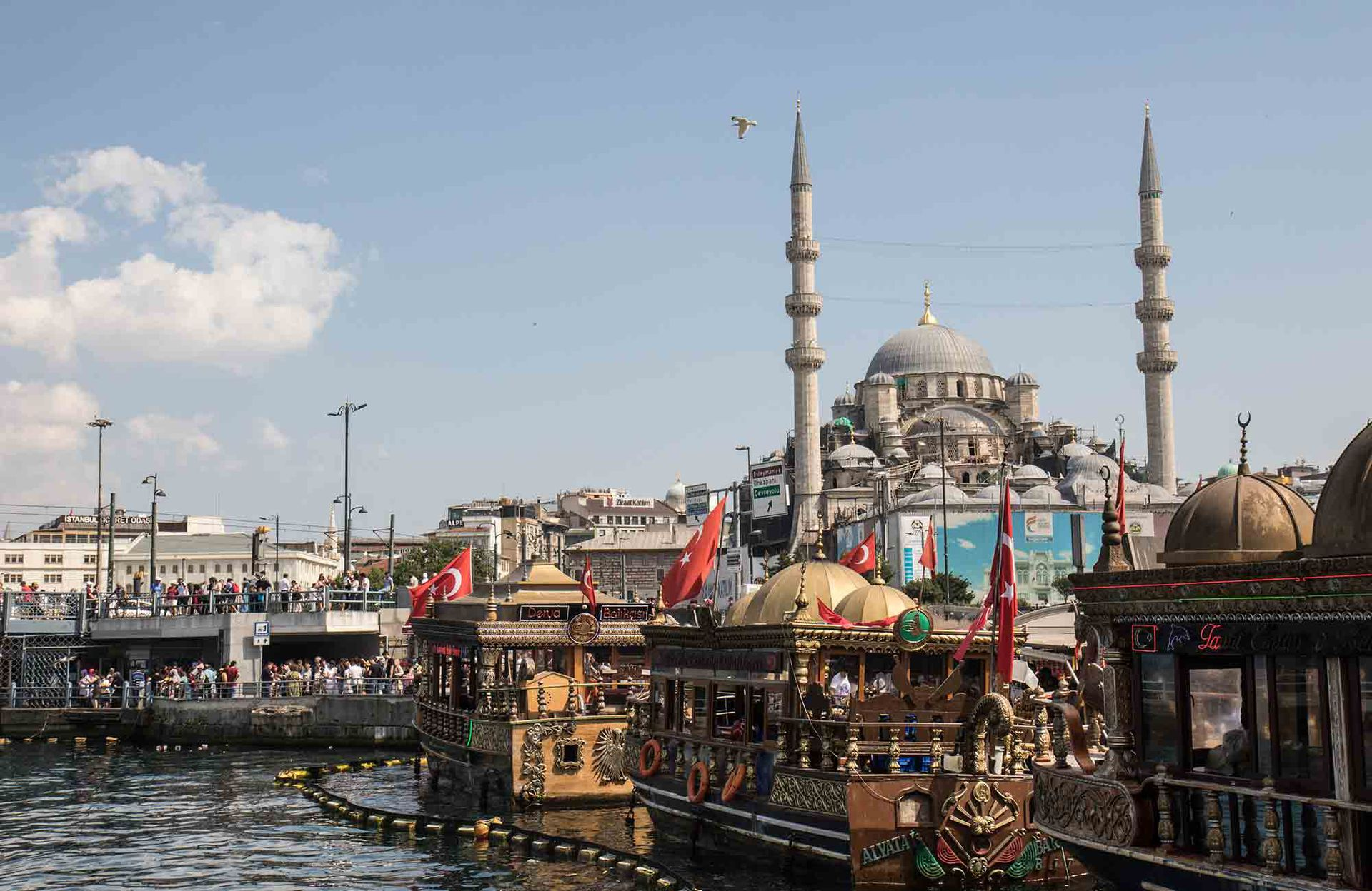 Barcos y la Mezquita Nueva en Eminönü, la zona del puerto.