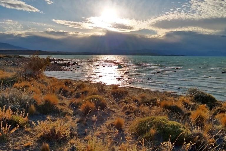 Un paisaje más agreste, propio de la estepa patagónica, acompaña los recorridos por la costa del Lago Argentino