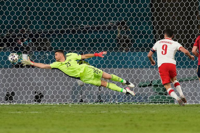 Robert Lewandowski acaba de anotar el gol con el que Polonia terminará 1 a 1 con España; fue apenas el tercer tanto del delantero de 32 años entre mundiales y Eurocopa.