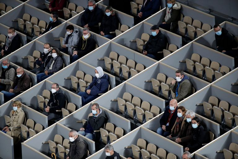 Por protocolo, Roland Garros permite un máximo de 1000 espectadores diarios; aquí, en sus respectivos boxes