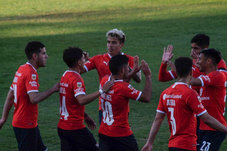 Los jugadores de Independiente festejan el gol tempranero frente a Central Córdoba, en Santiago del Estero