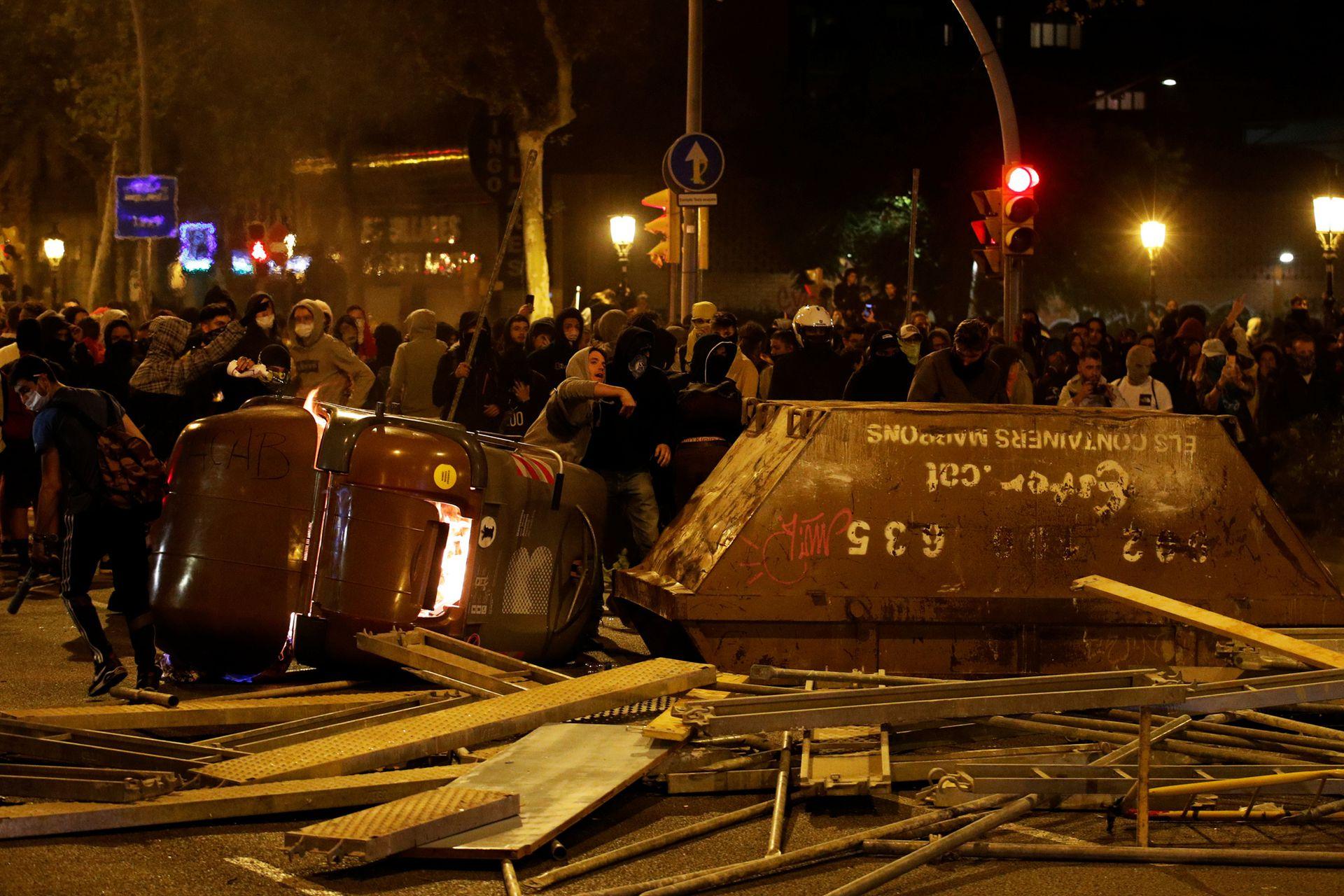 Un volquete y un canasto de basura, como barricada contra la policía