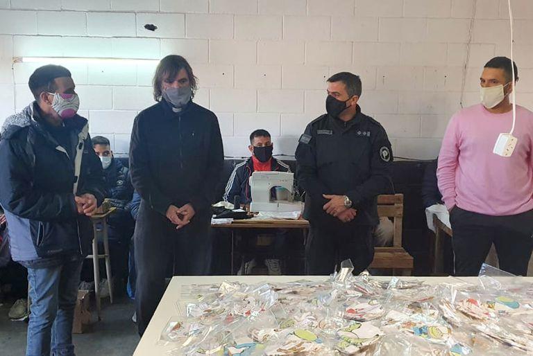 El padre Pepe recibió la producción de tapa bocas hechos y donados por presos