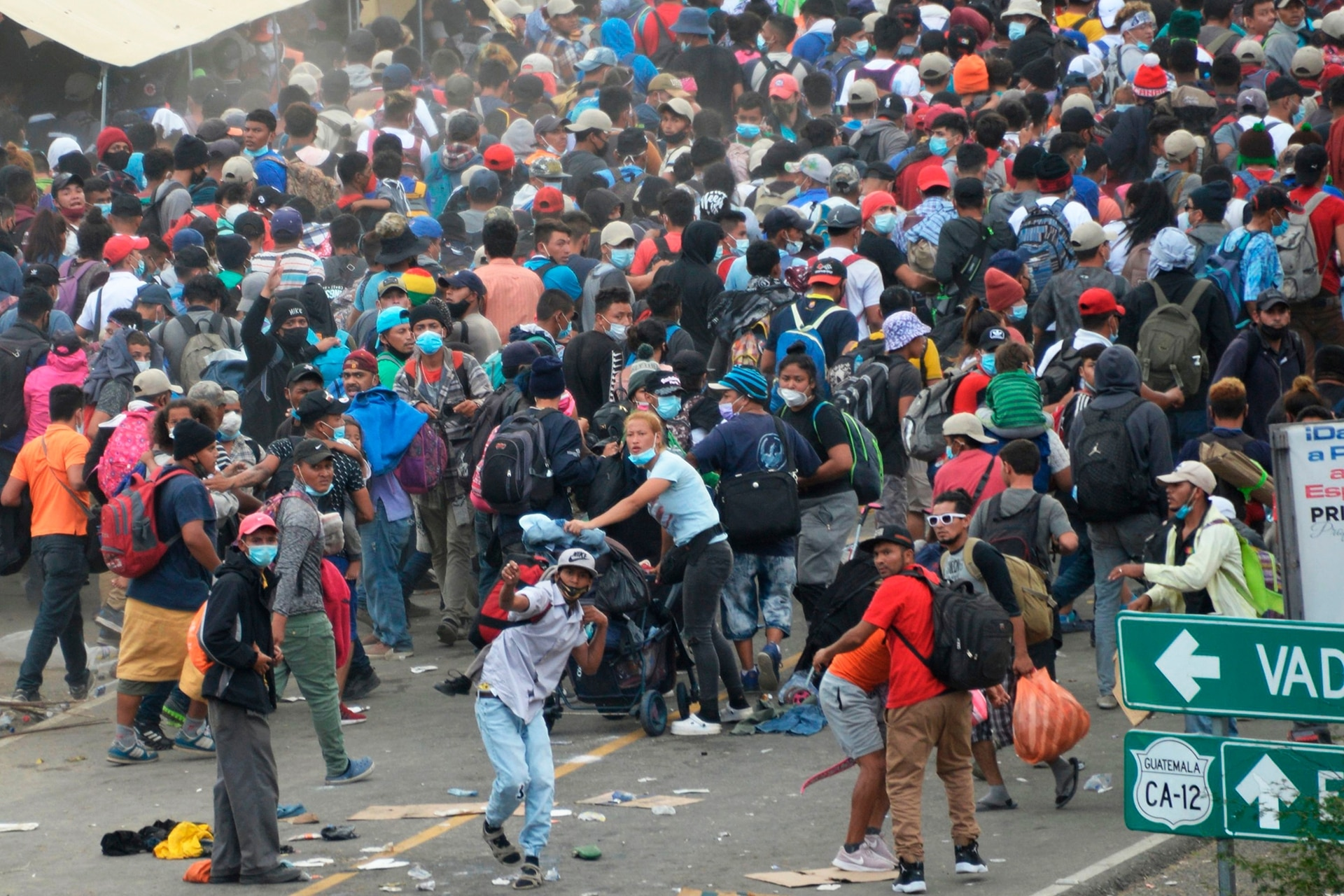 Los migrantes que llegaron en caravana desde Honduras en su camino a Estados Unidos son dispersados por fuerzas de seguridad en Vado Hondo, Guatemala