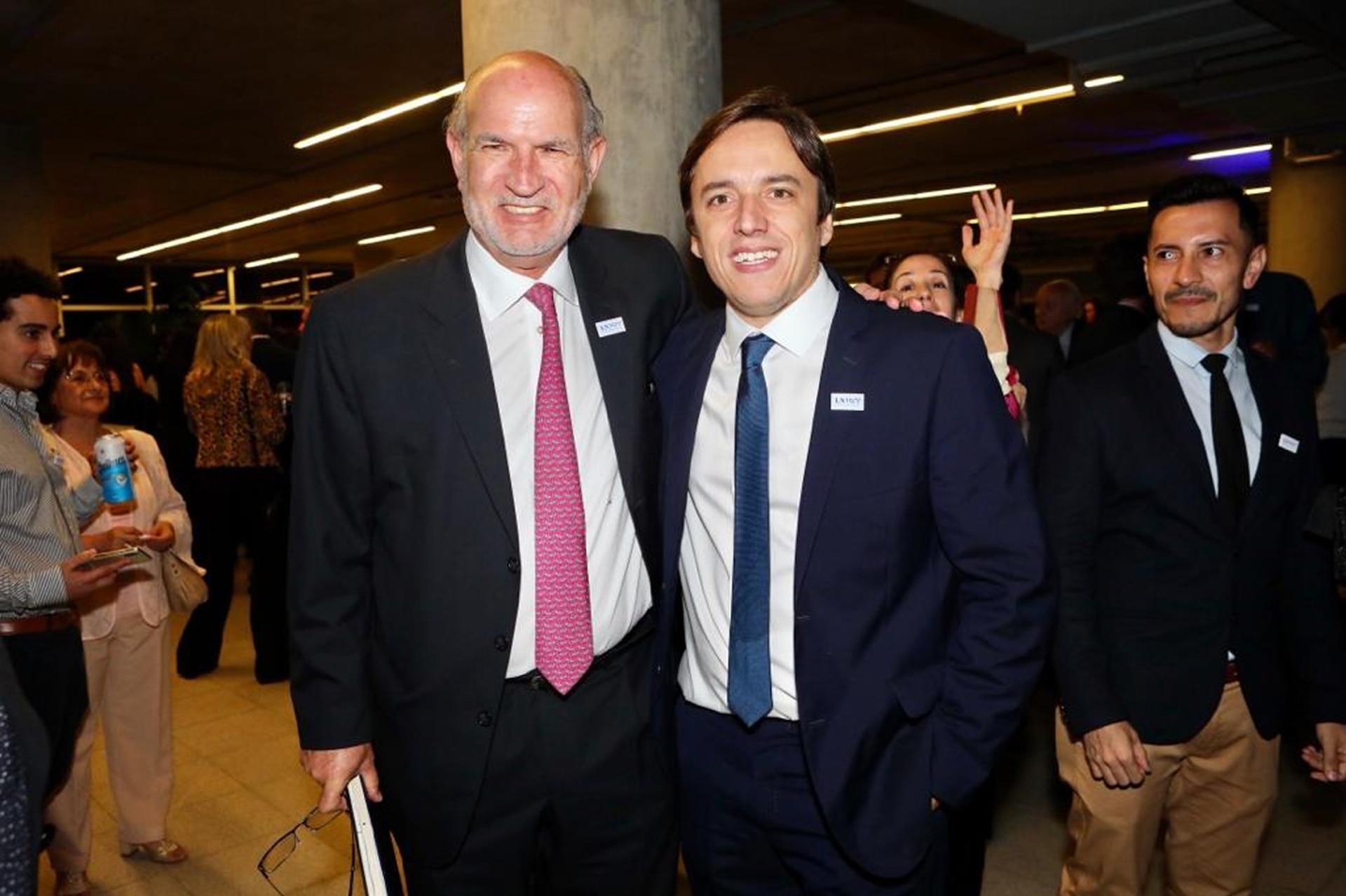 El escribano Enrique Maswichtz junto a José del Rio, Secretario General de Redacción de LA NACION