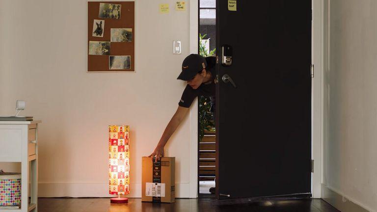 Amazon Key permite que los clientes autoricen al servicio de entrega a dejar los pedidos dentro del domicilio con un sistema que combina una cámara de seguridad y una cerradura inteligente