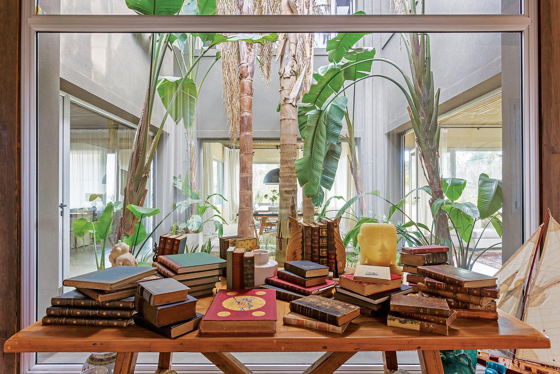 En el hall de entrada, mesa (Eugenio Aguirre) con libros antiguos.
