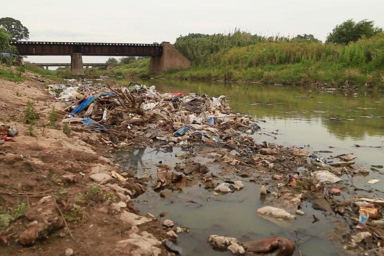 Otro de los principales problemas del barrio es la basura. Como el camión recolector no entra, las familias tiran todo tipo de residuos en el arroyo o la queman.