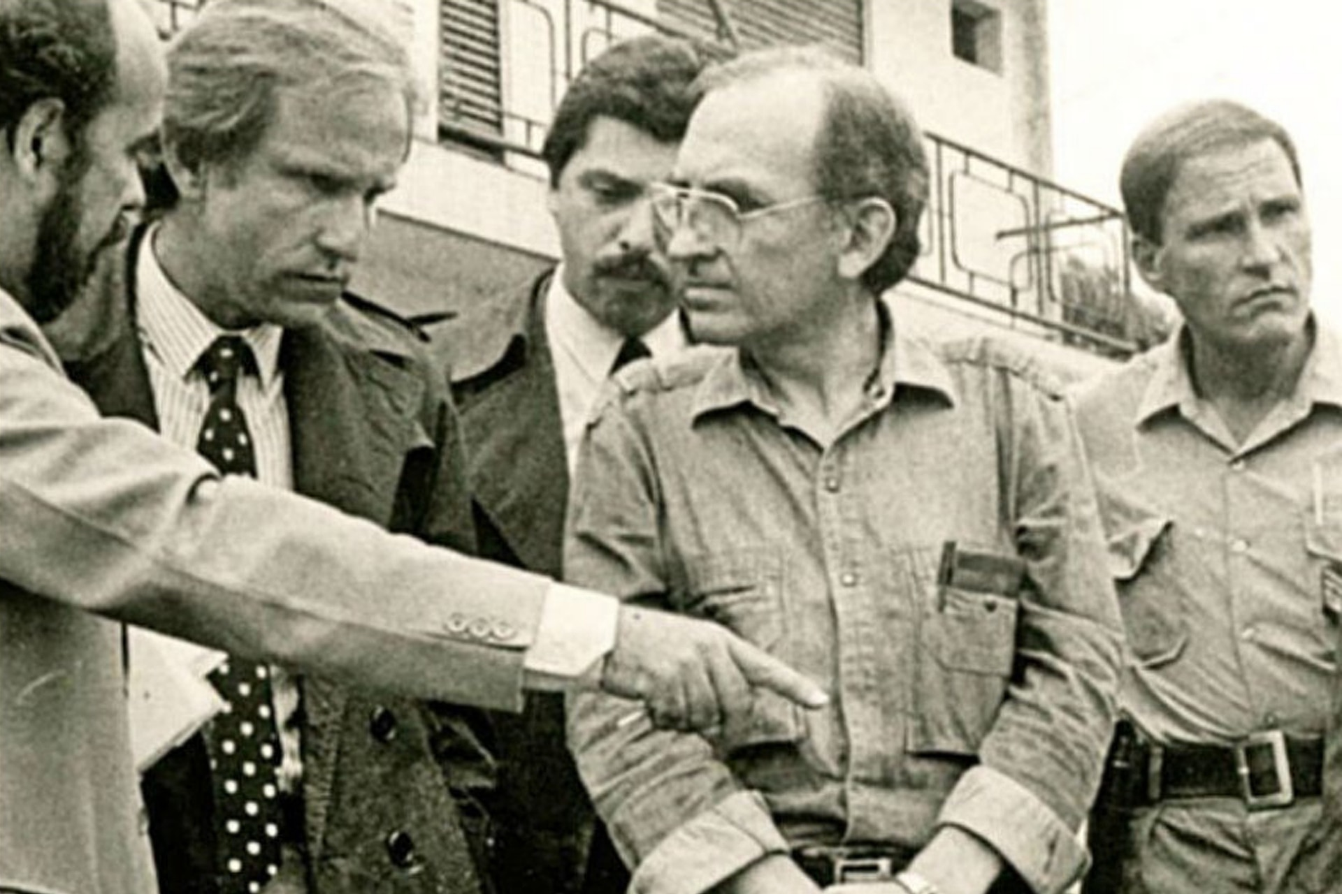 La foto polémica: emitida en el programa Odisea Argentina (LN+) fue tomada durante un reconocimiento judicial en la causa contra el clan Puccio el 23 de febrero de 1988. En segundo plano, Alberto Fernández