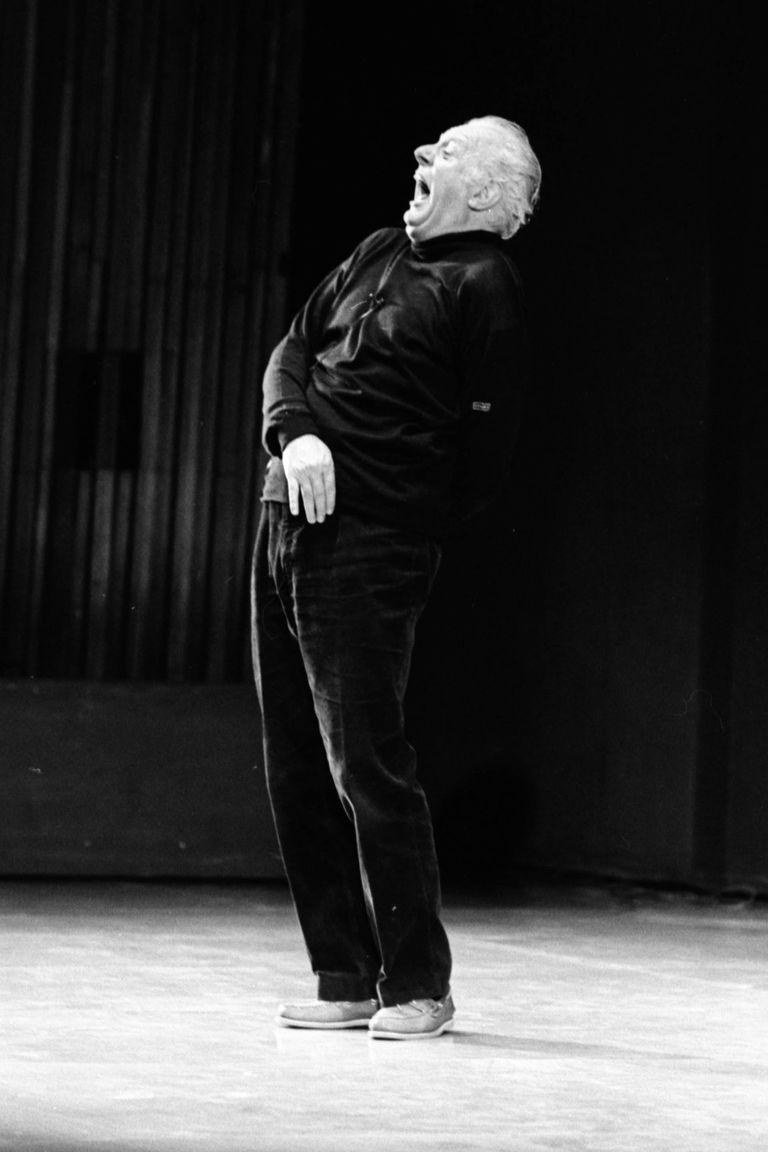 Dario Fo en la primera función de Misterio buffo, en el Teatro San Martín. En pocos días, el revitalizador del teatro popular italiano y Premio Nobel de Literatura que en 1954 se había casado con Franca Rame, despertó las reacciones más violentas que se recuerde en la historia de la emblemática sala porteña