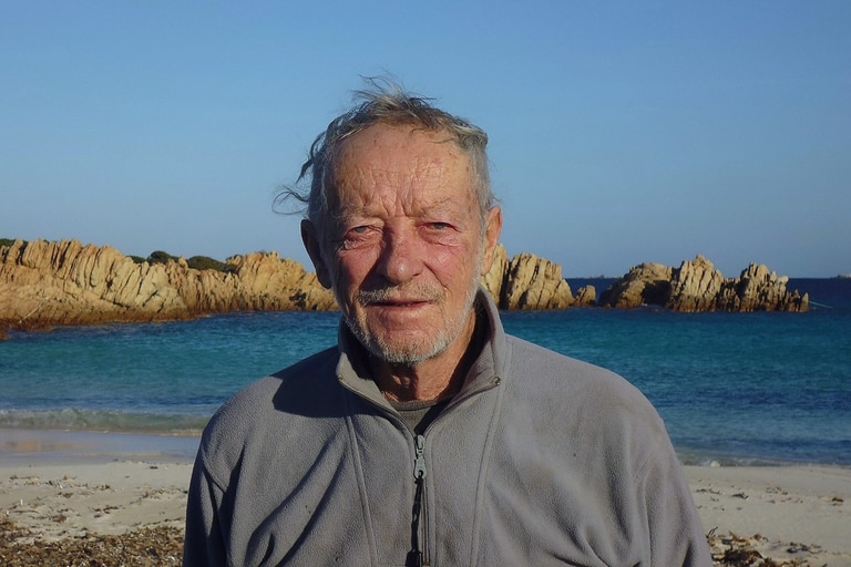 El italiano Mauro Morandi, de 81 años, tuvo que abandonar la isla de Budelli, ubicada al norte de Cerdeña, después de 32 años de vivir allí