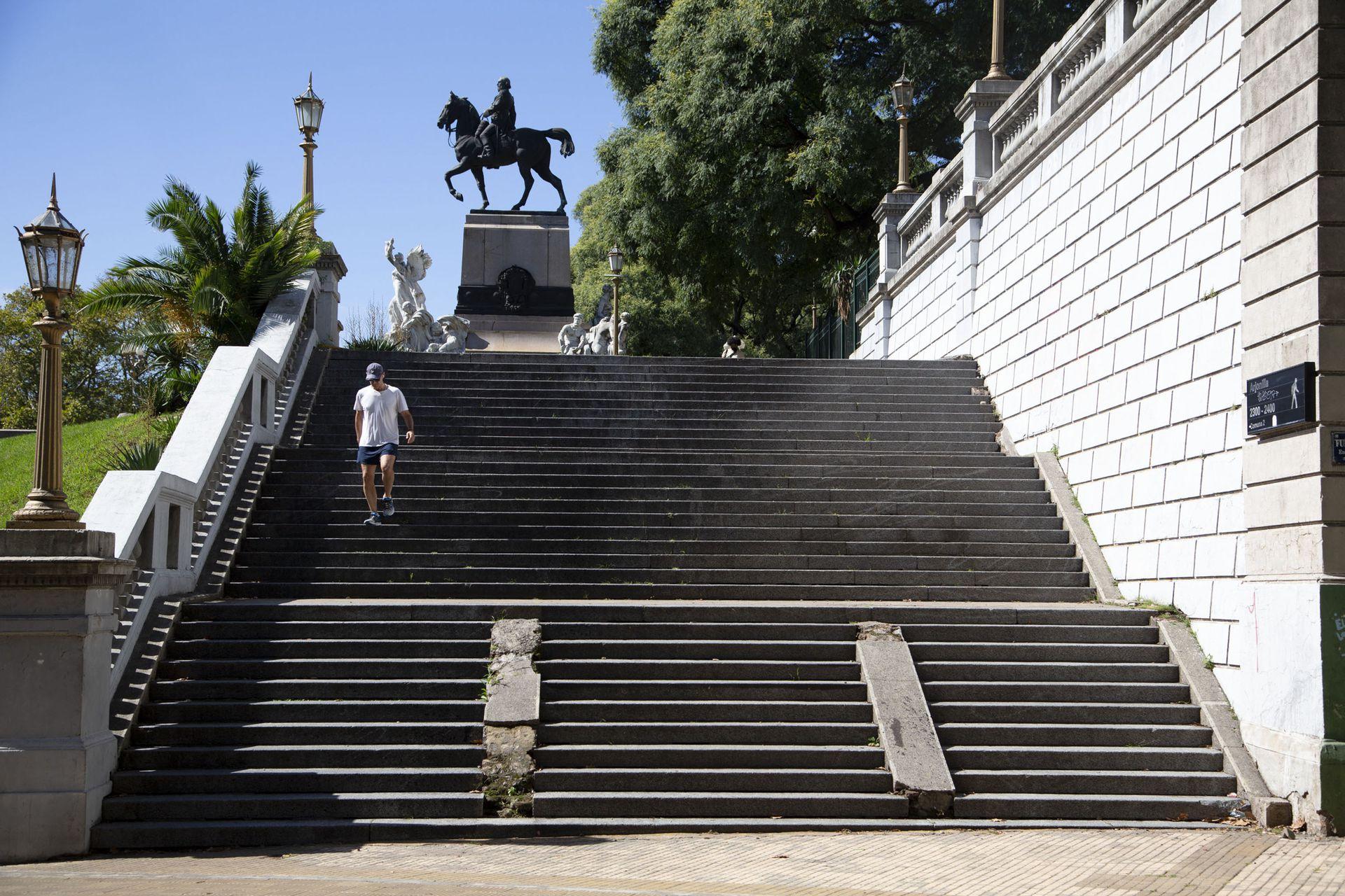 Arjonilla es corta arteria porteña, que nace a lo alto junto al Monumento a Bartolomé Mitre
